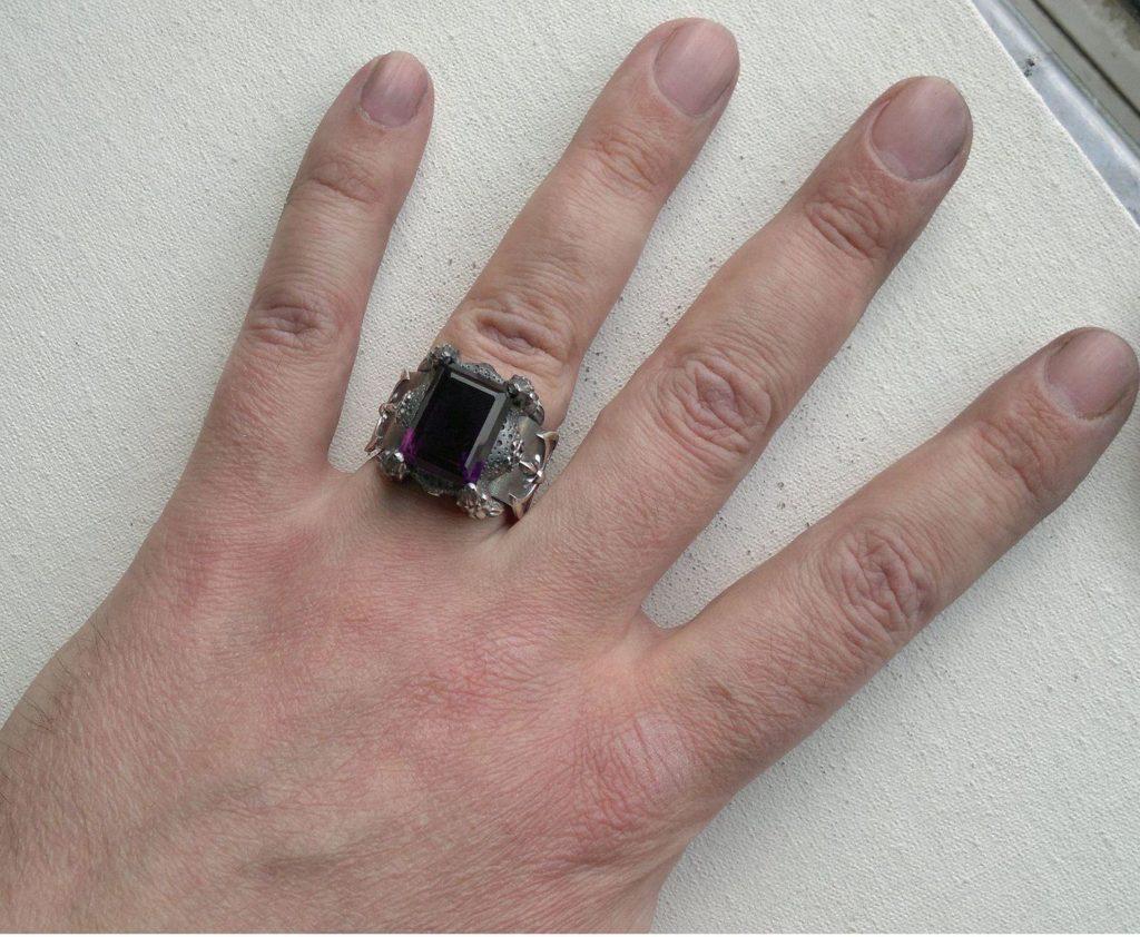 аметист на пальце