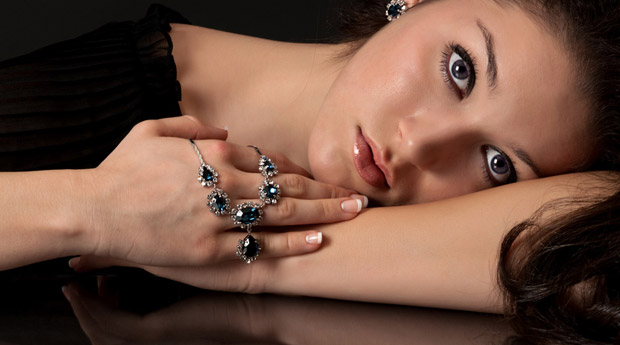 девушка с сапфировым украшением