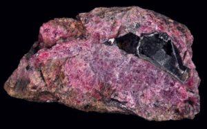 Розовый камень родонит