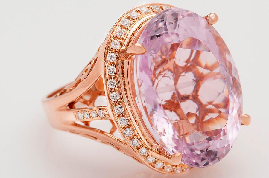 кольцо с кунцитом