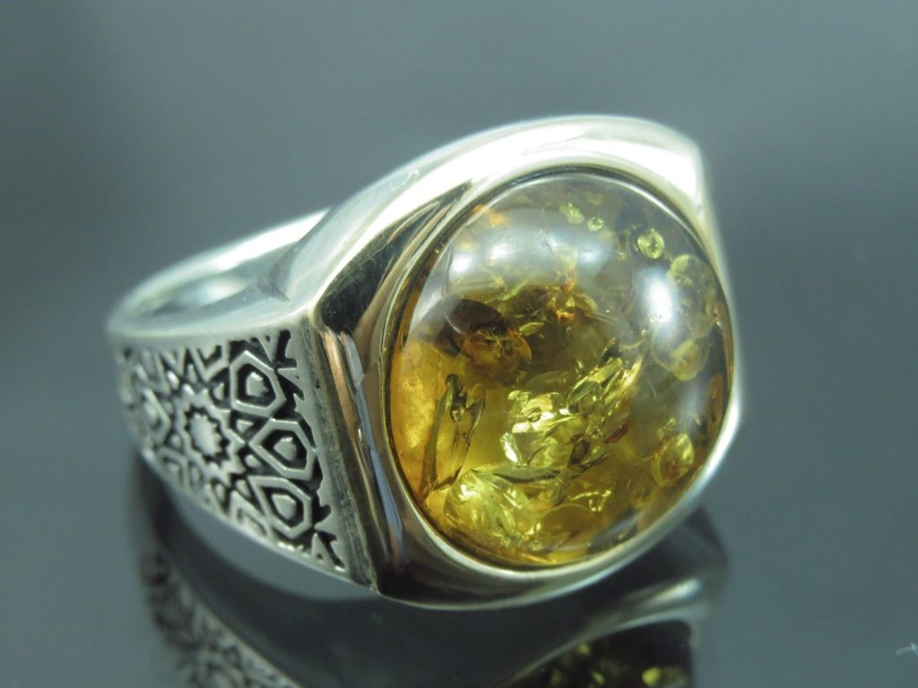 мужской перстень с янтарем