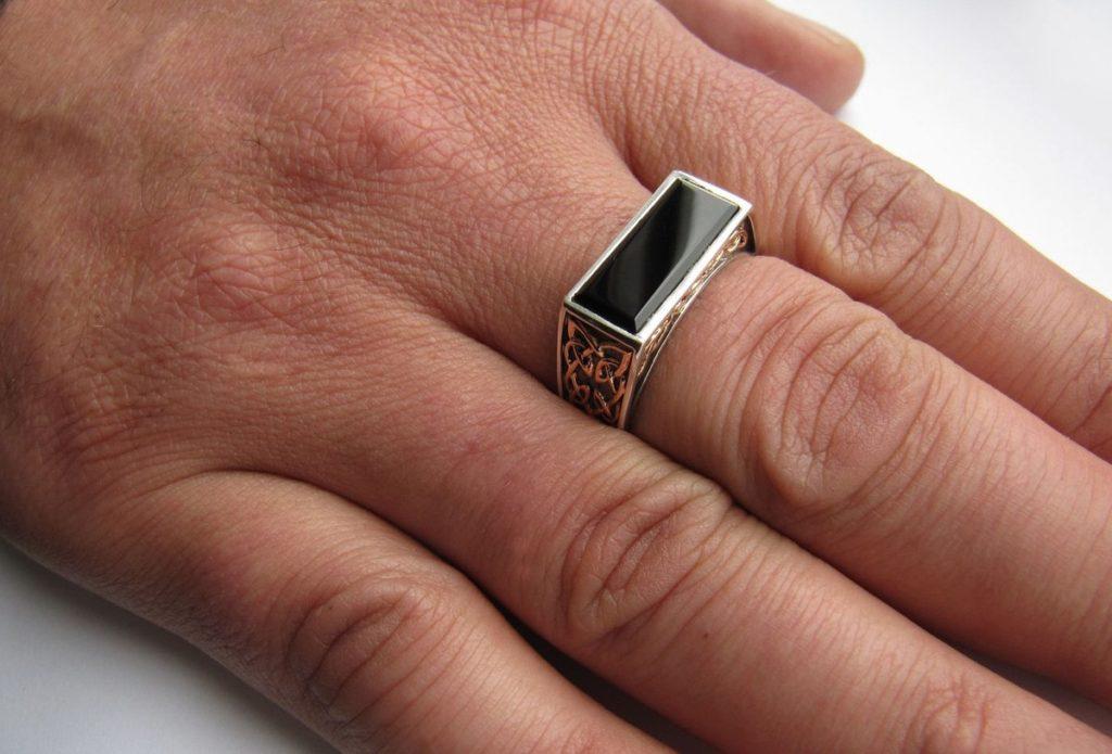 Перстень на среднем пальце