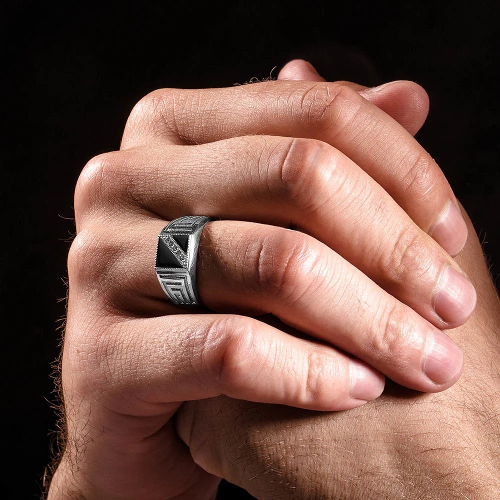 Перстень на безымянном пальце