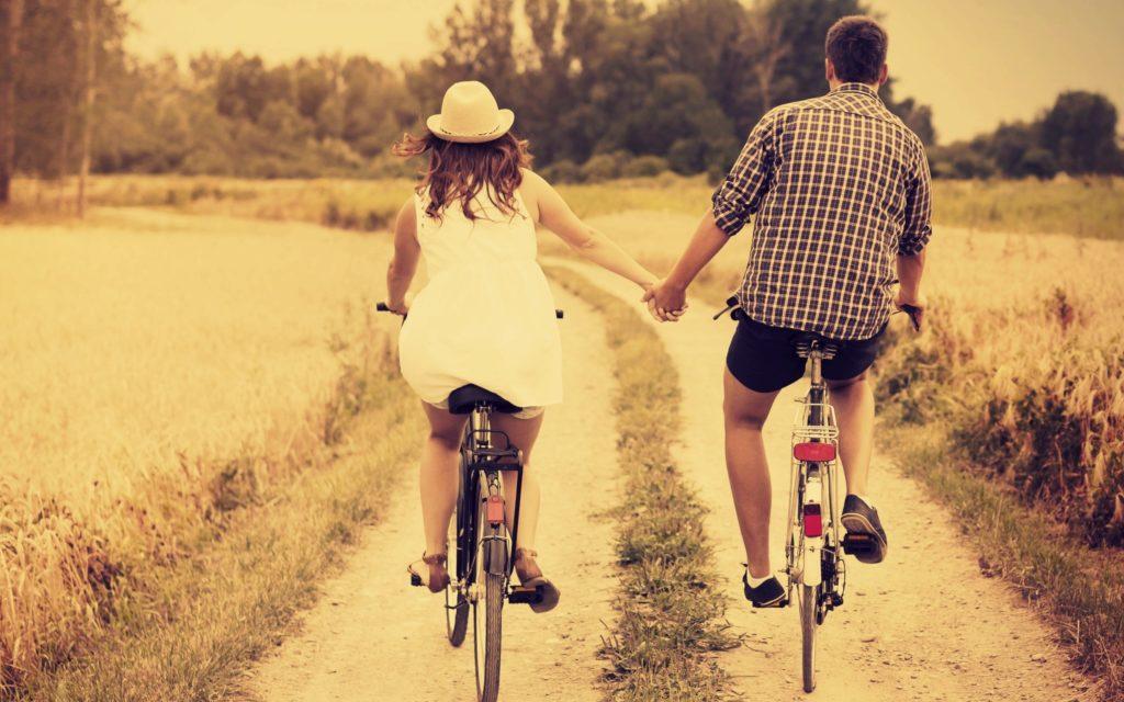 Парень с девушкой на велосипеде