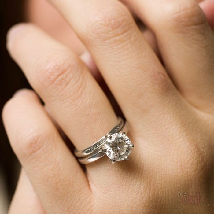 На каком пальце вдовы носят обручальное кольцо?