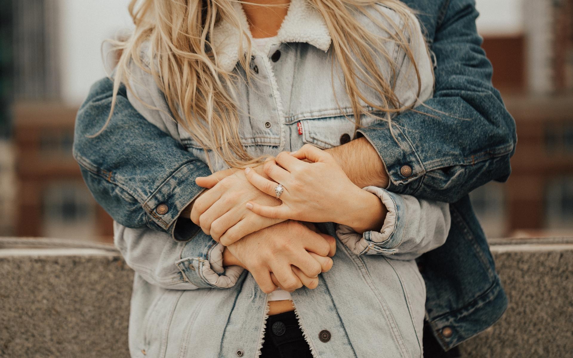 Открытки девушку обнимают