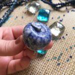 Камень содалит