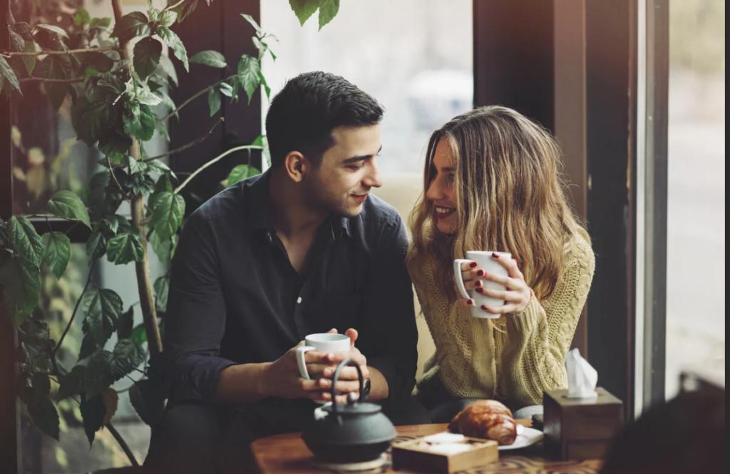 Парень с девушкой пьют кофе
