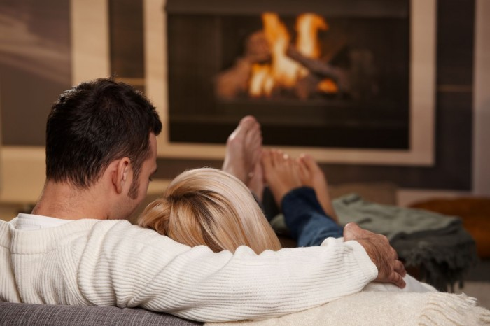 Мужчина с женщиной на диване