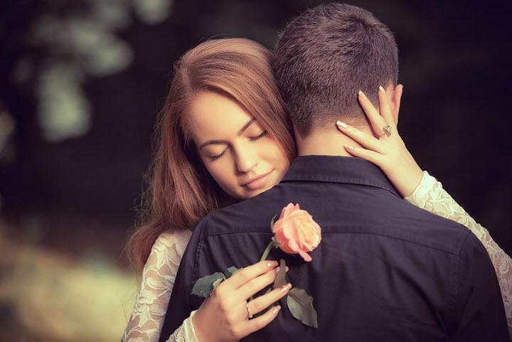 Парень с девушкой обнимаются