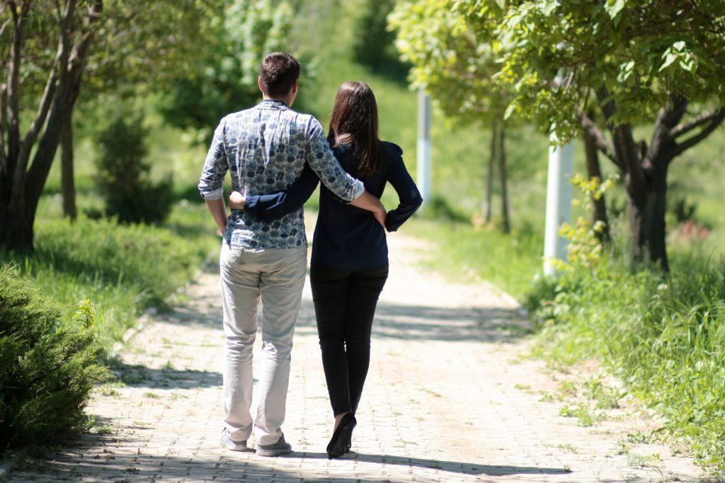 Парень гуляет с девушкой