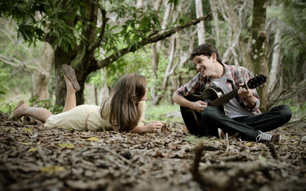 Парень играет для девушки на гитаре
