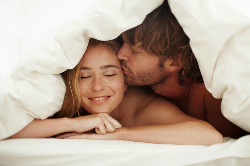 Парень с девушкой под одеялом