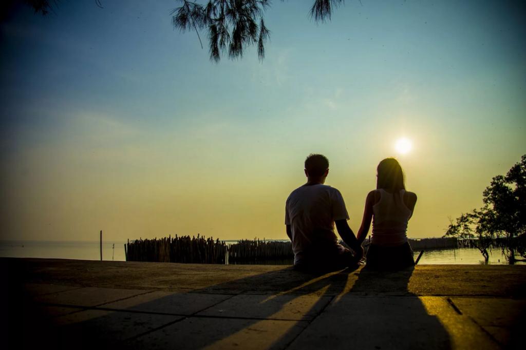 Парень с девушкой смотрят на закат