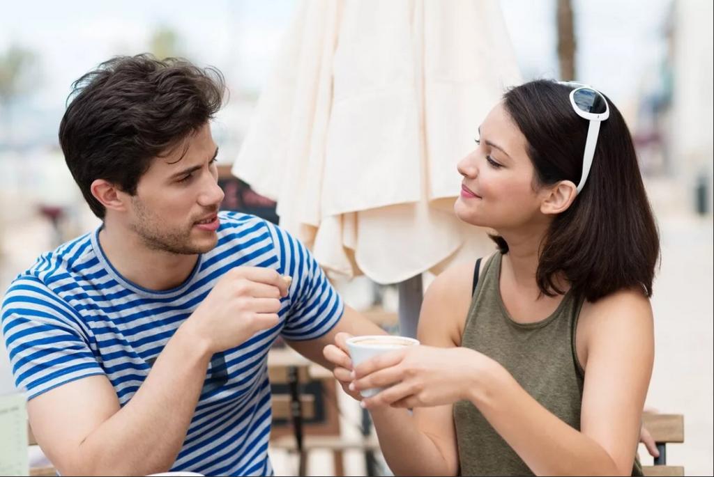 Парень общается с девушкой