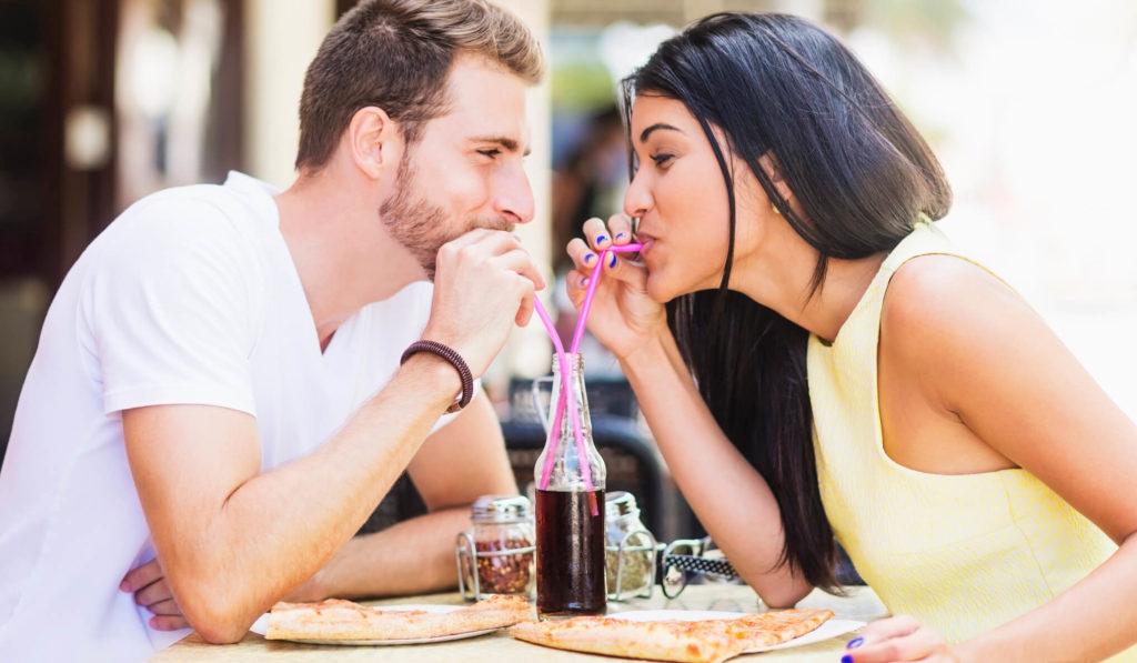 Парень с девушкой пьют коктейль
