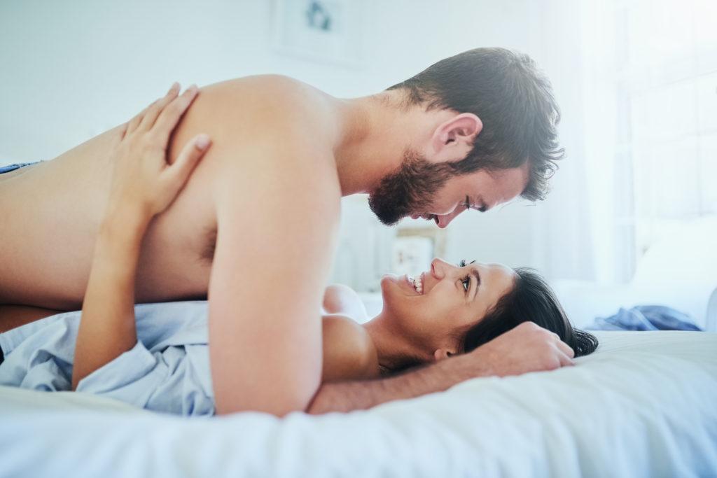 Парень с девушкой в одной постели