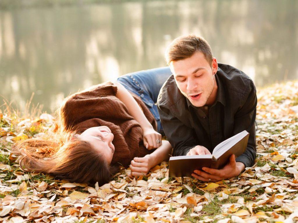 Парень и девушка читают книгу