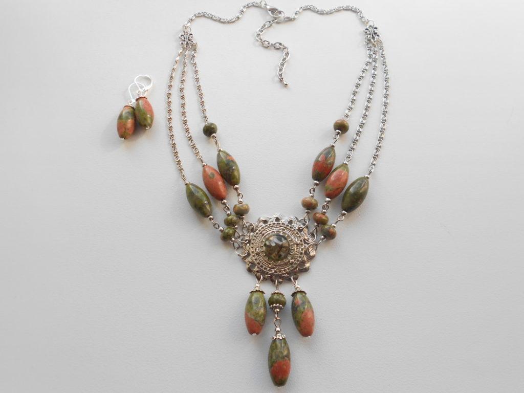 Ожерелье из унакита