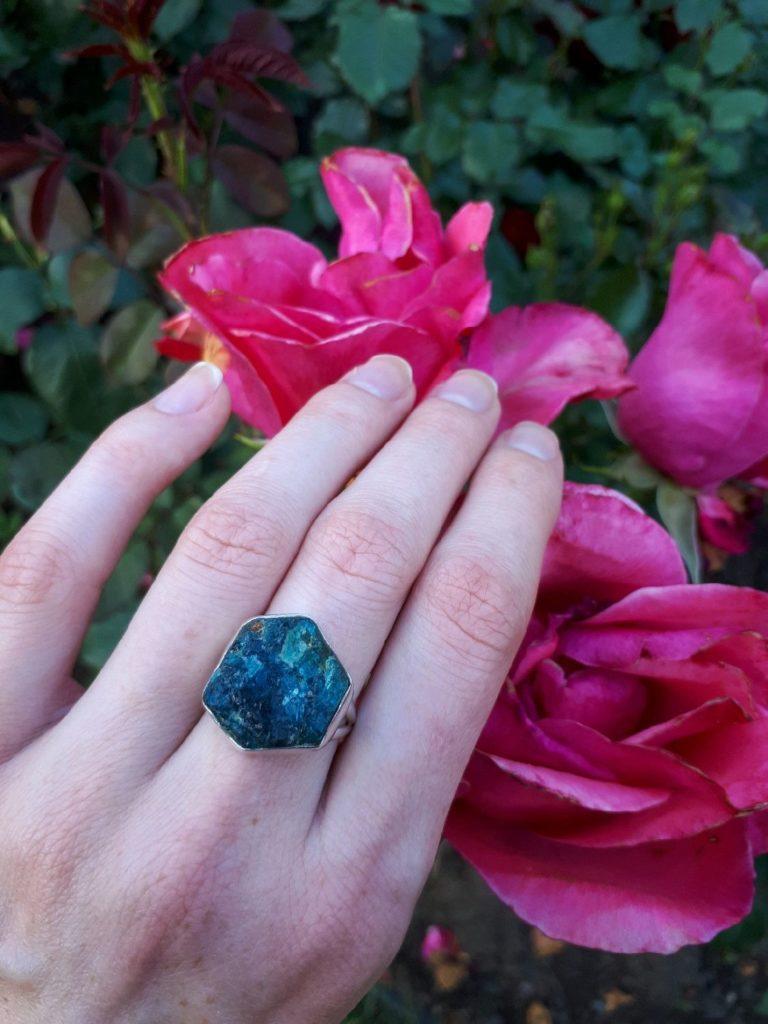 Перстень с камнем параиба