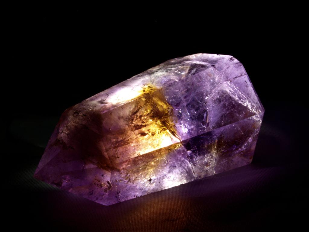 Осколок камня аметрин