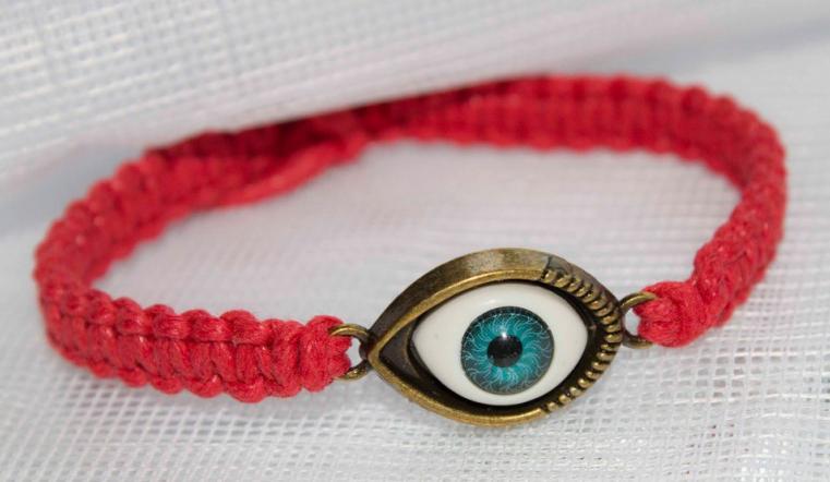 Глаз Фатимы на красной нити