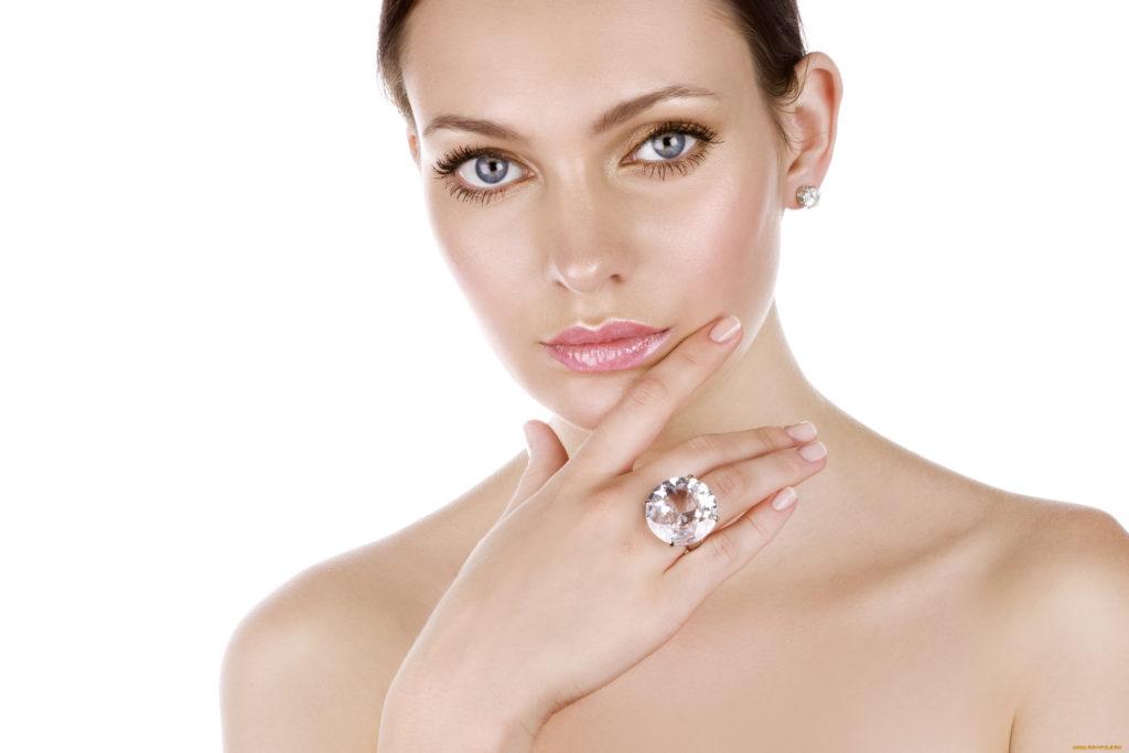 Кольцо с алмазом на девушке