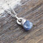 Как ухаживать за серебряными украшениями с сапфиром?